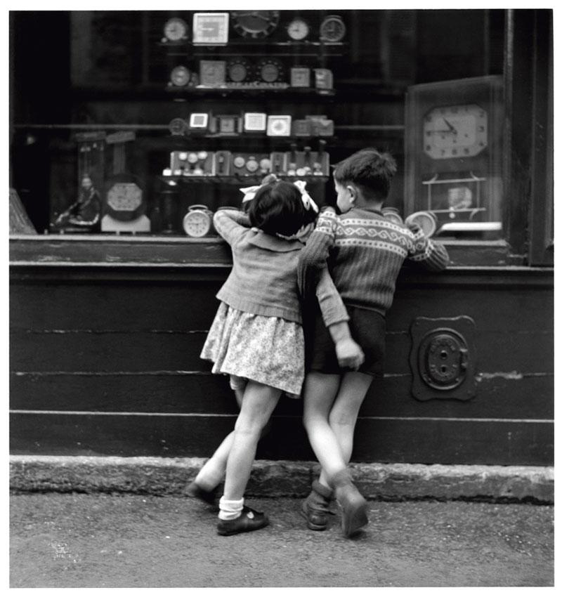 « Enfants de dos face vitrine. Paris, 1948 » - © Edouard Boubat