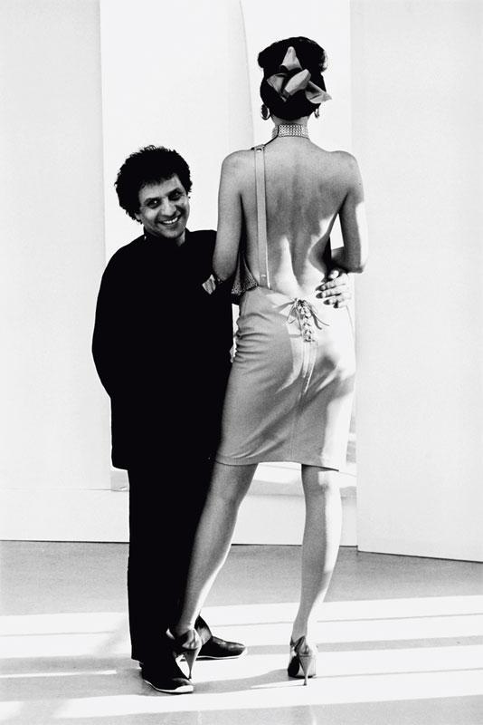 « Le couturier Azzedine Alaïa et le mannequin Marcie. Paris, 1981 » - © Peter Knapp