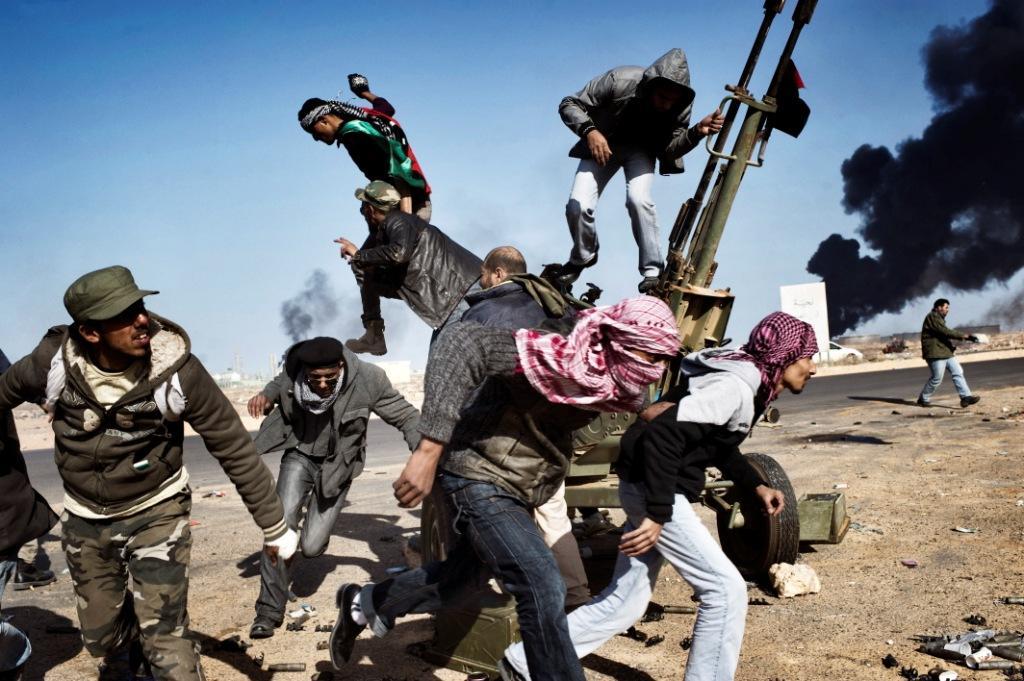 Des rebelles s'enfuient sous le feu de l'armée libyenne. Yuri KOZYREV – NOOR Février-mars 2011 - Libye