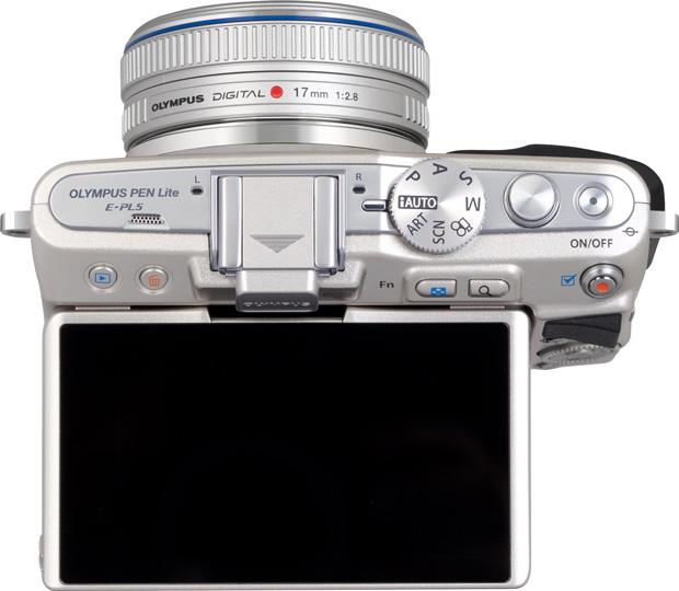 Olympus E-PL5 vu de dessus avec écran arrière levé
