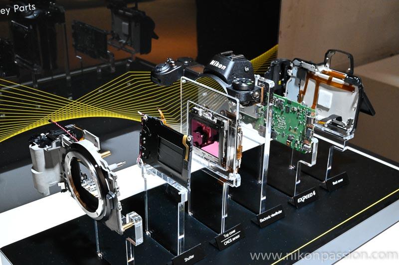 Vue éclatée du Nikon Z 7, appareil photo hybride, montrant le peu de pièces mécaniques dans un hybride