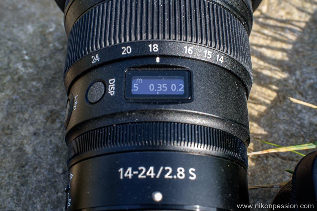 affichage de la distance de mise au point sur l'écran OLED du NIKKOR Z 14-24 mm f/2.8 S
